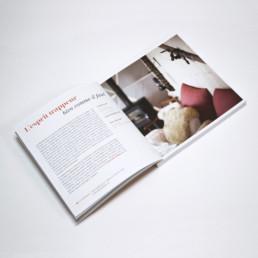 Livre format carré. Article de présentation hôtel en suisse. Typographie didone et italique.