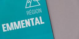page titre région, texte et pictogramme en blanc sur fond turquoise.